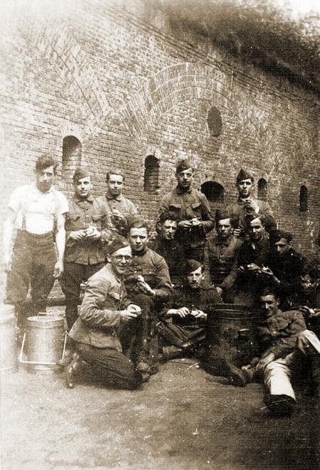 1LA-Jaak-Winters-soldaat-5-staande-tweede-rechts