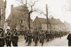 Lummen 1940. Het 38Li defileert voor de plaatselijke bevolking.