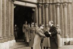 Lummen 1940. Kolonel Dothée groet een plaatselijke dignitaris.
