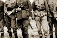 """Onderrichter 1Sgt Van Opstal was bij de manschappen bekend als """"Lange Jef""""."""