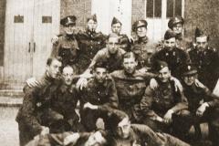 Van 2 juni tot 5 juni 1939 bezocht een delegatie van het Stock Exchange Detachment van het 1st Cadet Battalion van de Britse Royal Fusiliers onze hoofdstad. De troepen verbleven bij het 9de Linieregiment in het Klein Kasteeltje. Op deze verbroederingsfoto verwisselden de Belgen en Britten van hoofddeksel.