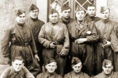 Soldaten van de 14Cie kregen ook een overal om het uniform proper te houden bij het onderhouden van het materieel.