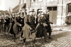 De 14Cie op oefenmars door Gooik tijdens de mobilisatie. Kapitein-commandant Lamot leidt de colonne.