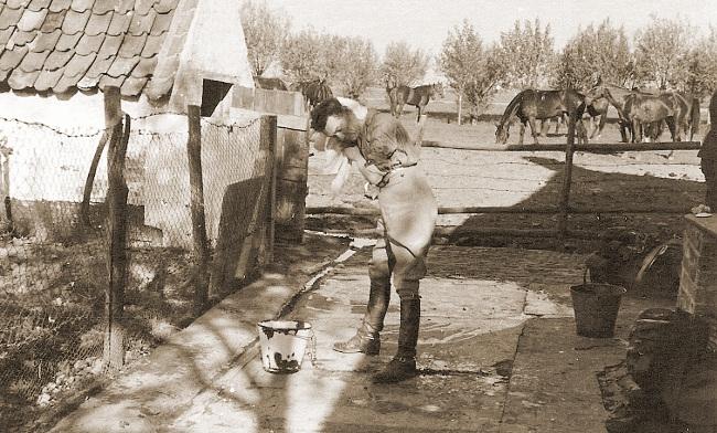 Remontedepot 1939 - Een van de officieren verfrist zich in open lucht