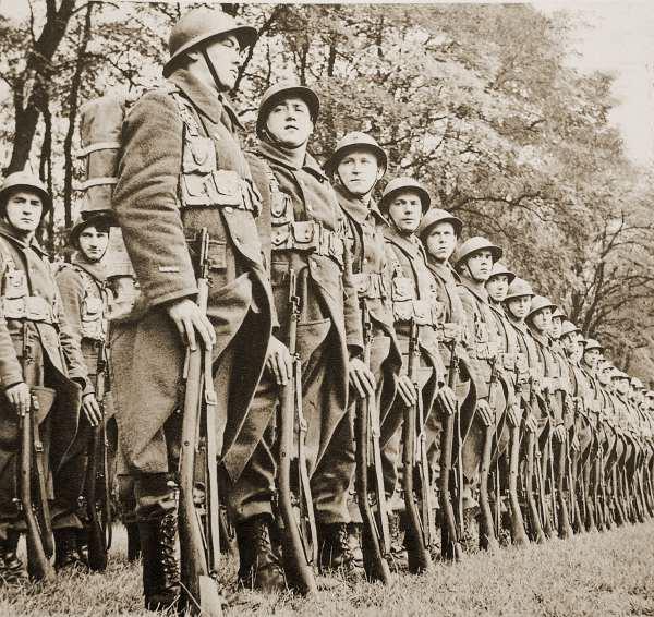 """Schouwing van de troepen te velde - """"Hoofd naar rechts""""."""