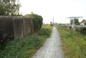Recente foto van de Hansbrug met op de voorgrond een bunker van de K.W. Stelling bezet door het 5Li