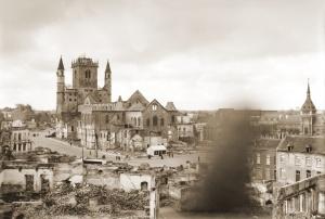Zicht op het zwaar gehavende centrum van Nijvel na het Duits luchtbombardement van 14 mei