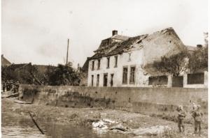 Het Nederlandse Eysden vertoont sporen van de artilleriebeschieting op de Duitse pontonbrug