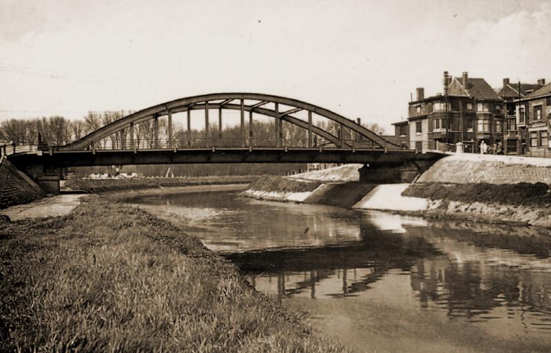 De brug van de Rijselstraat over de Leie te Menen. Links ligt Halluin en eindigen de Britse posities. Rechts start de Belgische legerzone.