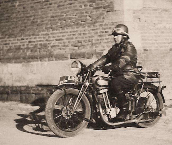 Een gemotoriseerde Rijkswachter in maart 1940.