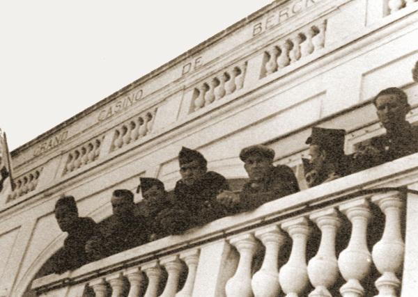 Belgische militairen op het balkon van het casino te Berck-Plage..