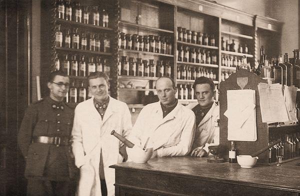 De apotheek in het Antwerpse krijgsgasthuis in maart 1940.