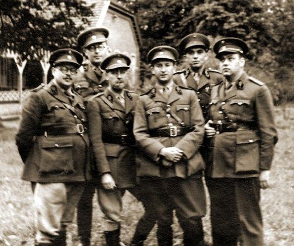 Militaire geneesheren bij een wederoproeping in het Kamp van Beverlo.