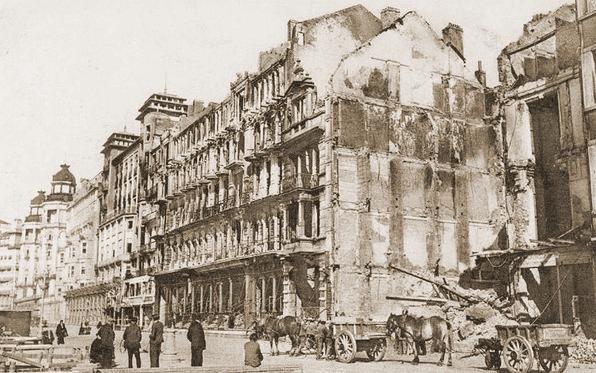 Gebombardeerde Grand Hotel de la Plage op de zeedijk.