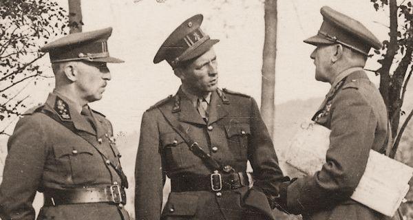 LtGen Van den Bergen (stafchef), Koning Leopold III en GenMaj Van Overstraeten (militair adviseur).