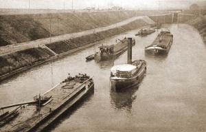 De sluis van Lanaken net voor WOII2. In de sluismuren bevindt zich tevens  bunker BN3 die het wateroppervlak met mitrailleurvuur kon bestrijken.
