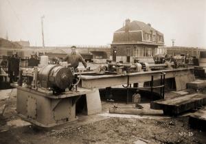 Sluis te Lanaken (foto van 1935) met op de achtergrond de spoorwegbrug.