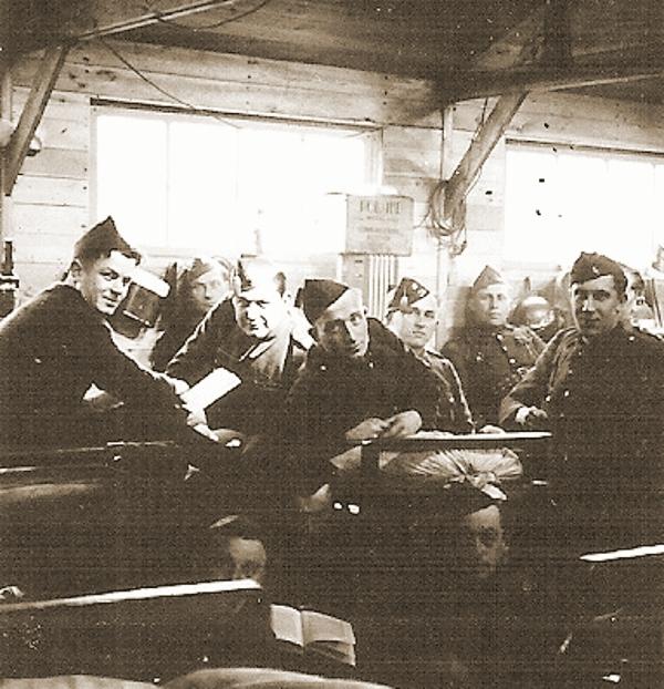 Georges Vanderschaeghe en zijn makkers van de 7Cie luisteren op 31 maart 1940 naar de Ronde van Vlaanderen.