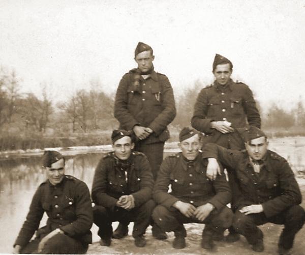 Georges Vanderschaeghen met enkele kameraden van de 7Cie van II/24Li aan het Albertkanaal.