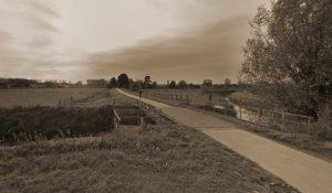 Brug te Oplinter over de Gete, anno 2020, langs de oude spoorwegberm. De betonnen bruggenhoofden van de oude spoorwegbrug die door het Pl Sicx werd opgeblazen zijn nog zichtbaar.