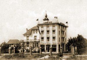 De manschappen van het 2LD logeren vanaf 30 mei in houten barakken nabij hotel L'Ermitage.
