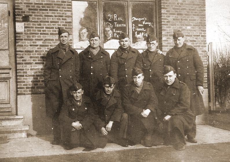 Militairen van het 2de Regiment Hulptroepen in hun Mobilisatiekantonnement.