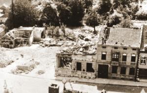 Hoek van de markt van Bilzen die op 10 mei werd weggeveegd door het Duits bombardement. Het bankgebouw raakte beschadigd.