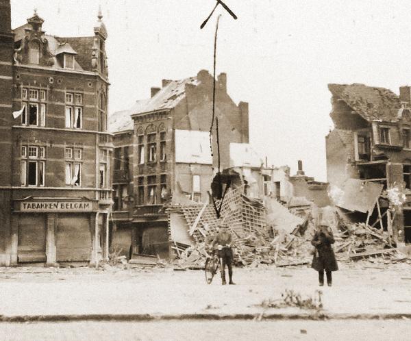 Tientallen huizen werden bij de luchtaanvallen op Leuven op 10 en 11 mei vernield. Dit is het kruispunt van de Diestsevest en de Diestsestraat.
