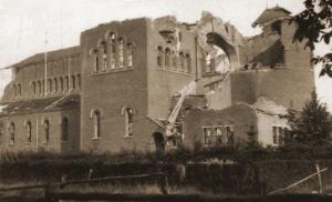 De op 15 mei door het 17Gn vernielde St-Dionysiuskerk te Putte.