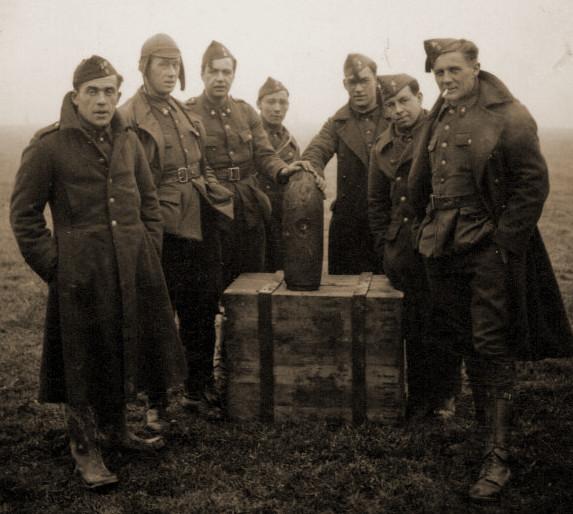 Militairen van het 8Gn bij een ontmijningsopdracht van een vliegtuigbom op 24 januari 1941 te Chimay.
