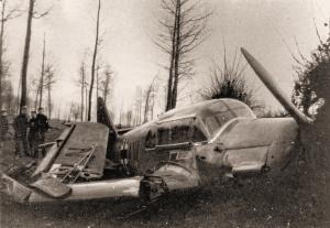 Foto van het wrak van de Messerschmitt Bf 108 genomen op 10 januari 40 door Lt Van Hecke, inlichtingenofficier (S2) van het 3de Regiment Lansiers.