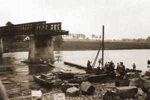 Duitse genie voert herstellingswerken uit aan de vernielde Maasbrug van Maaseik