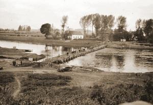 De pontonbrug die op 10 mei tussen Elsloo (NL) en Kotem (Maasmechelen) [4] door de Duitse genie over de Maas werd gelegd.