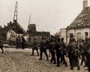 Aankomst van de Duitse voorhoede bij de vernielde brug van Elzendamme