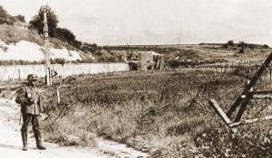 Toegang Fort van Eben-Emael na de gevechten met op achtergrond Blok VI