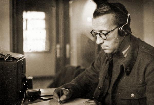 Telegrafist aan het werk. De geniekentekens op de kraag wijzen op het feit dat in 1940 de transmissietroepen nog deel uitmaken van de Genie.