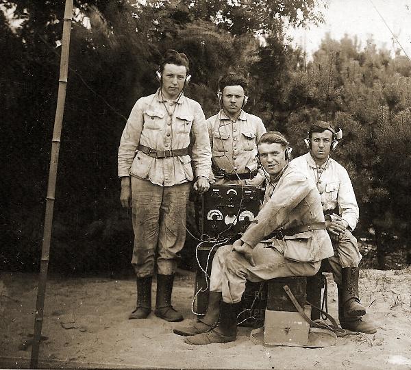 Radiotelegrafisten aan een zender-ontvanger van het type E.R.P. (Emetteur-Recepteur Portatif).