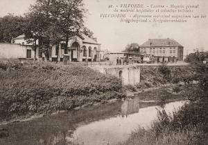 Kazerne Van Lerberghe te Vilvoorde langs de Zenne met tussen de gebouwen enkele mobiele duiventillen van de krijgsmacht